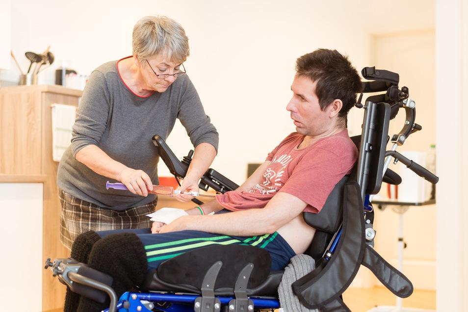 Betreuung rund um die Uhr: Regelmäßig muss Agnes Naumann in Bautzen ihren 37-jährigen Sohn Peter mit Flüssignahrung versorgen. Selbst essen kann der Schwerkranke nicht mehr.