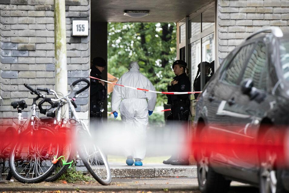 Ein Beamter der Spurensicherung betritt das Wohnhaus, in dem die toten Kinder gefunden wurden.