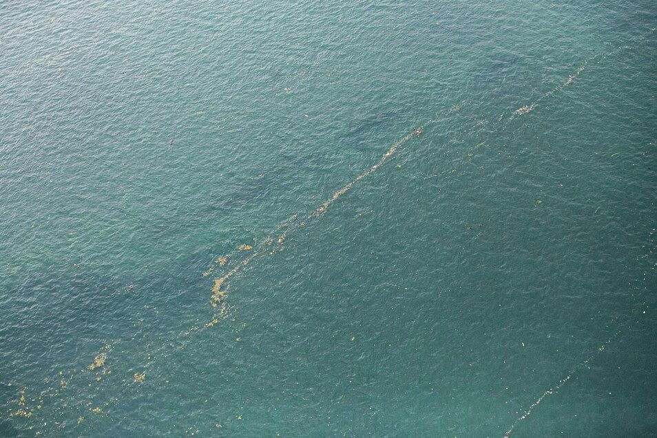 Diese Aufnahme der indonesischen Luftwaffe zeigt einen Ölteppich und Trümmer, die auf dem Wasser in der Nähe der Stelle schwimmen
