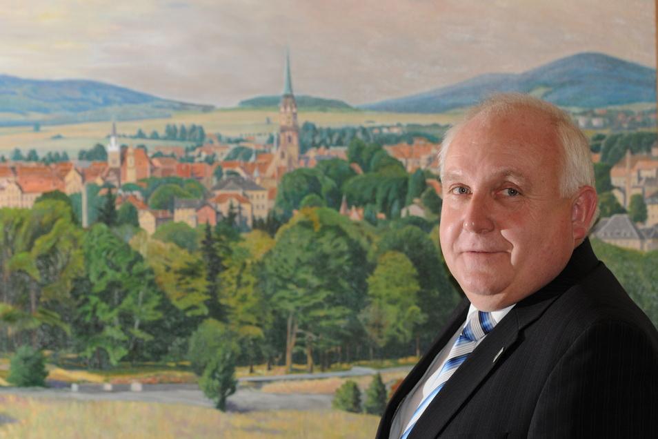 Ein Bild aus der Mitte seiner Amtszeit: Dietmar Buchholz 2012 vor einem Löbau-Gemälde.
