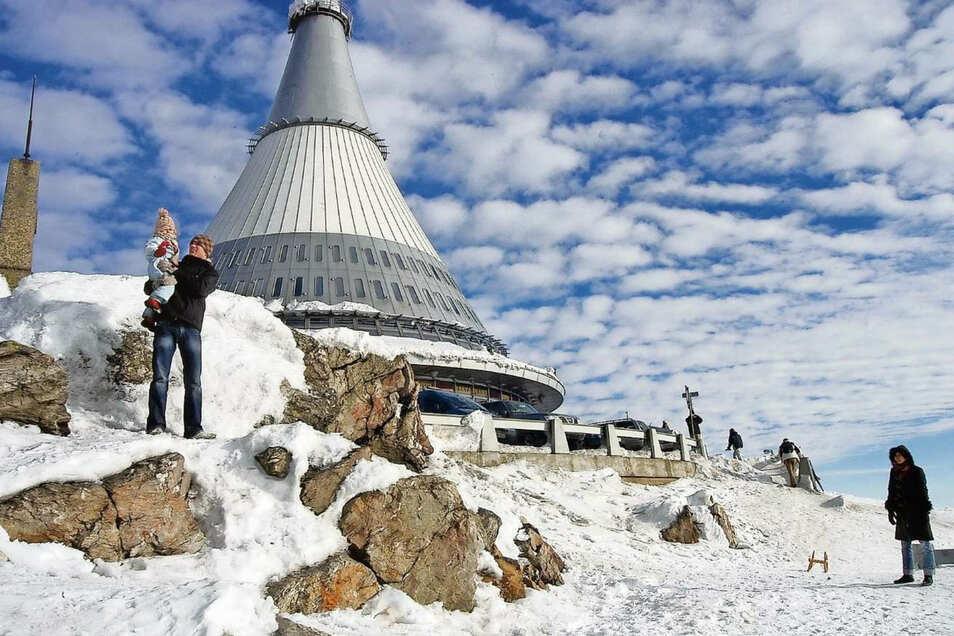 Auf dem Jeschken liegt noch Schnee. Nur geöffnet werden darf das Skigebiet nicht.