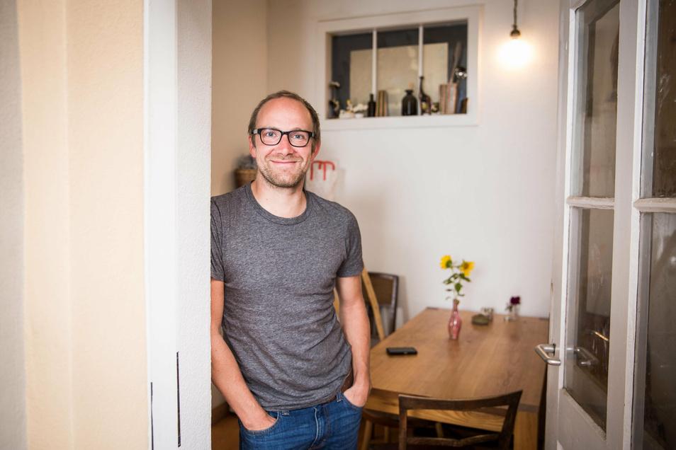 Trifft man nur selten zu Hause an: der Dresdner Filmemacher Markus Weinberg in seiner Wohnung in der Dresdner Neustadt.