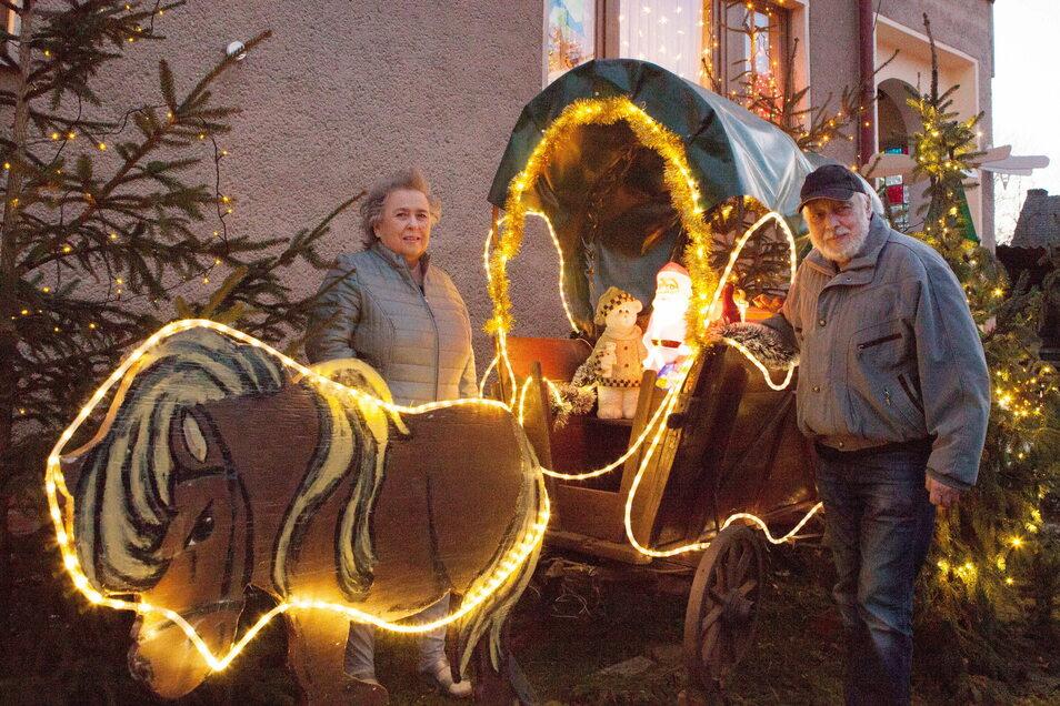 Weihnachtskutsche mit Pony und Lichterketten im Garten von Heiderose und Manfred Jander. Im Hintergrund die Pyramide.