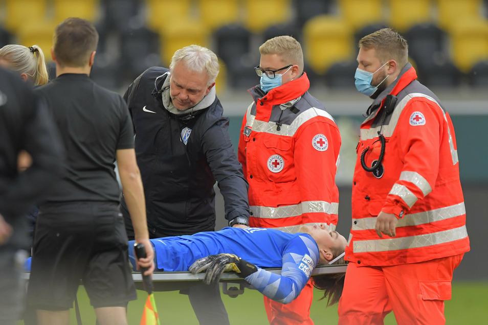 Schreckmoment für Meppen: Torwart Luca Plogmann muss von Sanitätern vom Platz getragen werden. Er wurde noch in Dresden operiert und fällt mehrere Monate aus.