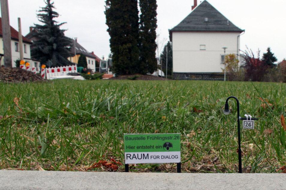 """Im Miniaturformat machte die Zwickauer Künstlergruppe """"Grass Lifter"""" zwei Jahre nach dem Auffliegen des NSU darauf aufmerksam, wo das Terror-Trio in Zwickau lebte. Inzwischen ist aus der Initiative das Projekt """"Offener Prozess"""" hervorgegangen."""