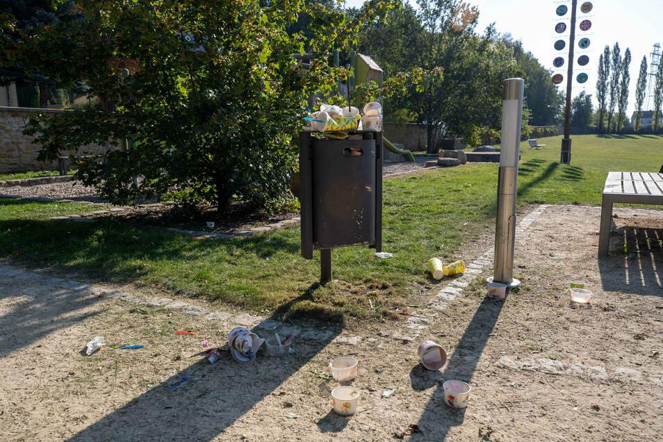 Der Müll auf dem Spielplatz im Schlosspark Graupa stört Eltern und Kinder.