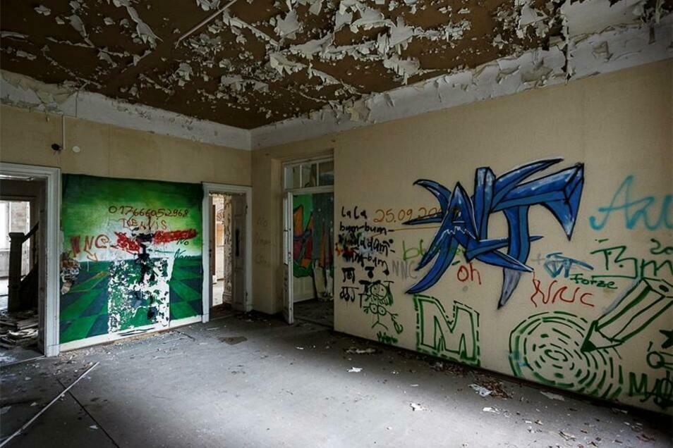 ...jedoch sind auch zahlreiche Graffitis von nächtlichen Besuchern zu finden.