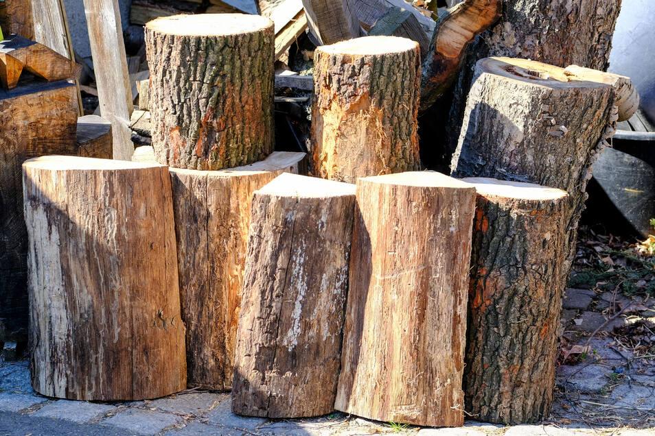 Aus diesen Eichenholzklötzen entstehen die Kunstwerke.