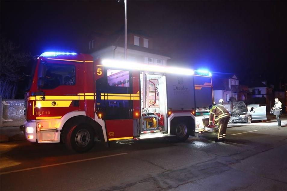 Ein Anwohner löschte zunächst den Brand mit Feuerlöschern, bevor ihn die Feuerwehr unterstützte.