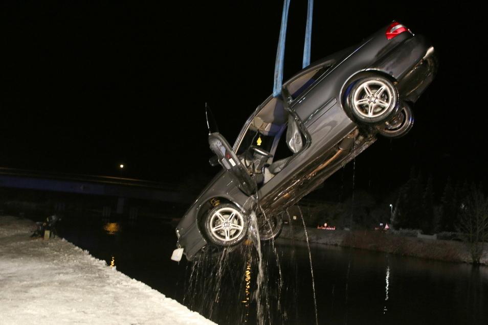 Ein Kran birgt in Anklam das verunglückte Auto aus dem Fluss Peene.