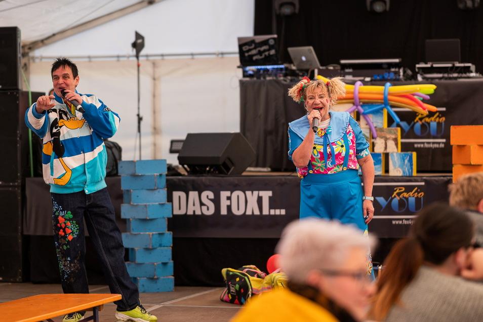 """Die Kinderunterhalter """"Benni und Lilli"""" am Sonnabend beim Oktoberfest in Rothenburg."""