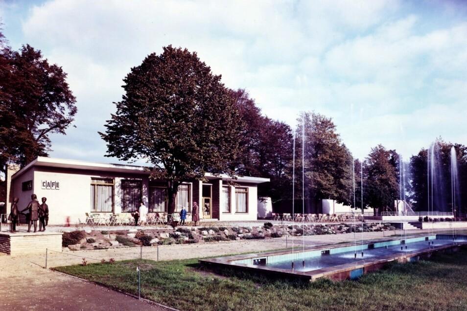 Der Bau in seiner ersten Gestalt 1969 mit dem Ur-Springbrunnen.