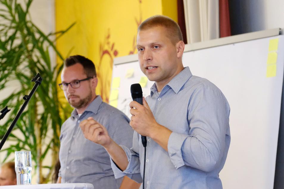 Lieferten sich am Montagabend ein sachliches Wortgefecht: Die beiden Klipphausener Bürgermeisterkandidaten Mirko Knöfel (im Vordergrund) und Carsten Hahn bei der Bürgermeisterschaft.