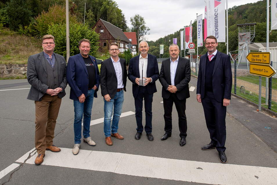 Der Breitbandausbau in Dorfhain wird gefeiert. Mit dabei: Bürgermeister Olaf Schwalbe (CDU), Unternehmer Jens Jähning und Alexander Zacharias, Professor Ralf Lehnert, Landrat Michael Geisler (CDU) und Sachsens Innenminister Roland Wöller (CDU) (v. l.)