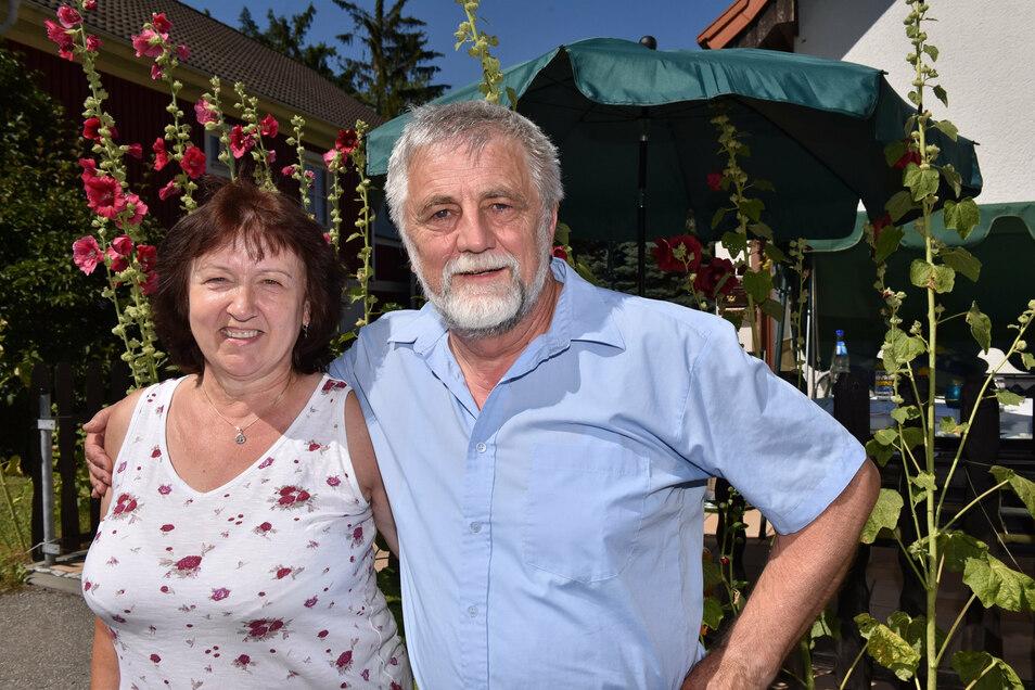 Mit seiner Frau Martina, im Garten und seinem Haus in Oberfrauendorf will Josef Köhler seinen Ruhestand gestalten.
