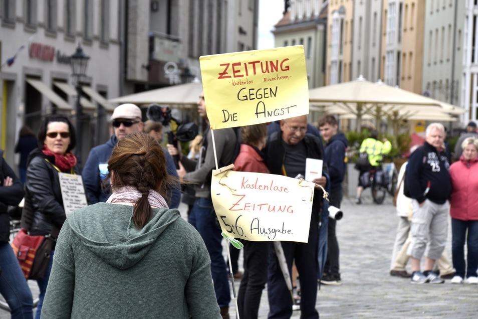 """Bei der """"Grundrechte-Kundgebung"""" gab es auch eine """"Zeitung gegen die Angst"""" und viele krude Theorien."""
