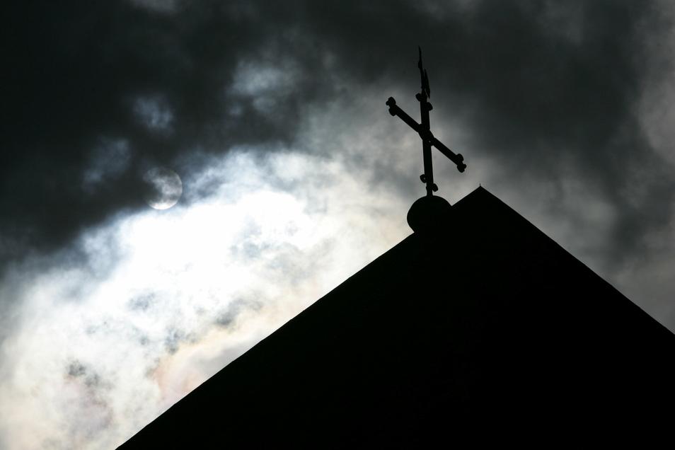 Das Bistum Dresden-Meißen beziffert die Zahl der bekannt gewordenen Missbrauchsopfer auf 30. Es gebe 21 Beschuldigte, von denen sechs allerdings schon verstorben seien.