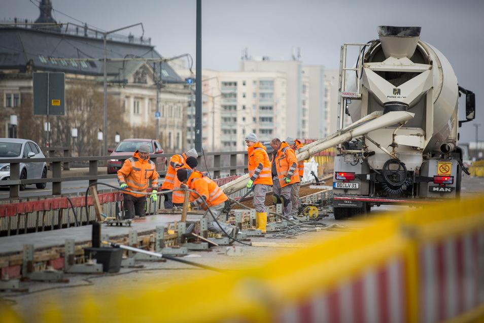 Neuer Beton für die 50 Jahre alte Carolabrücke. Die Sanierung ist dringend nötig und die Stadt hofft dafür auf Fördermittel.