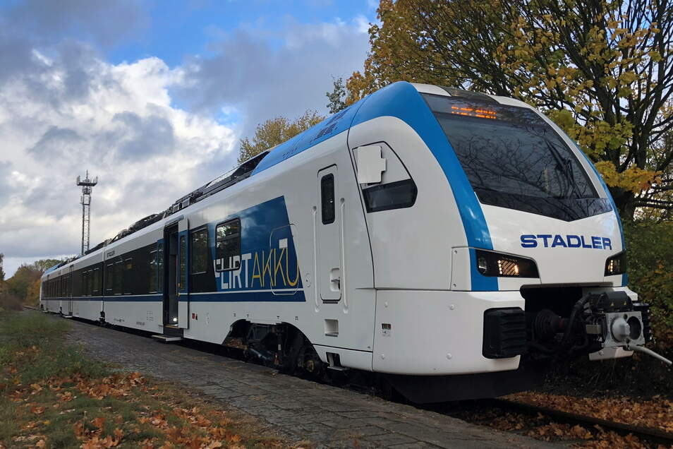 """Batteriezüge wie der """"Flirt Akku"""" von Stadler könnten in Zukunft Döbeln und Leipzig verbinden."""