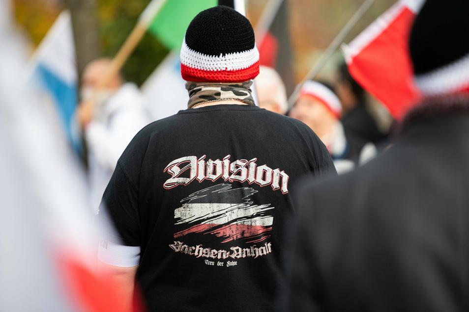"""Ein Mann trägt bei einer Demonstration von Reichsbürgern einen Pullover mit dem Aufdruck """"Division Sachsen-Anhalt - Treu der Fahne·"""". Reichsbürger sind bei Protesten gegen die Corona-Politik fast immer mit an Bord."""