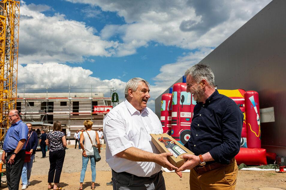 Geschäftsführer Gert Merkert bekommt zum Richtfest seines Firmenneubaus von Freitals Oberbürgermeister Uwe Rumberg ein Willkommensgeschenk.