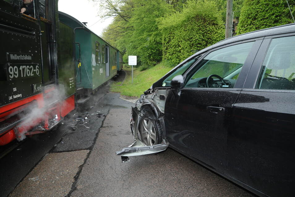 Der beschädigte Opel am Unfallort