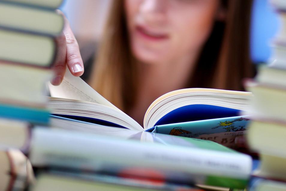 Knappes Papier lässt die Preise auch für Bücher steigen.