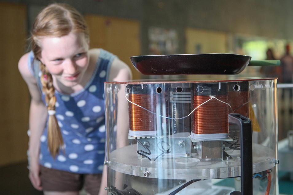 Eine Bratpfanne wird durch Magnete zum Schweben gebracht. Über solche wissenschaftlichen Phänomene können Besucher der Langen Nacht der Wissenschaften staunen.