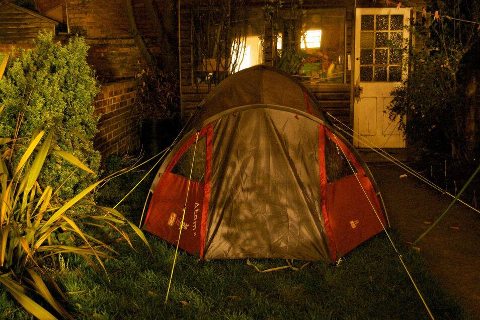 Zelt im GartenZelten in einem privaten Garten liegt als Urlaubsalternative im Trend.