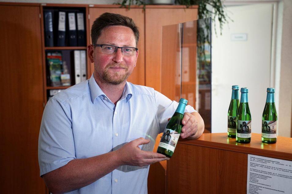 Conrad Seifert ist nicht nur der Hirschsteiner Bürgermeister, sondern auch Hobbywinzer und jetzt auch Weinverkäufer.