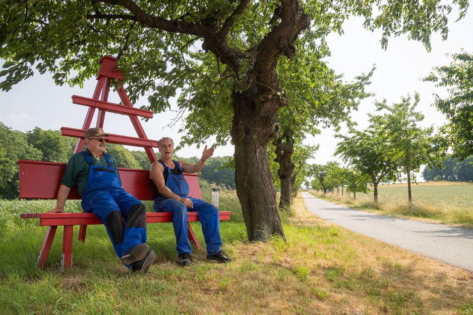 Kurt Krämer (rechts) und Wolfgang Hoppe engagieren sich im Kultur- und Heimatverein. Am Monumentberg laden nun zwei von ihnen montierte neue Bänke zum Ausruhen ein.