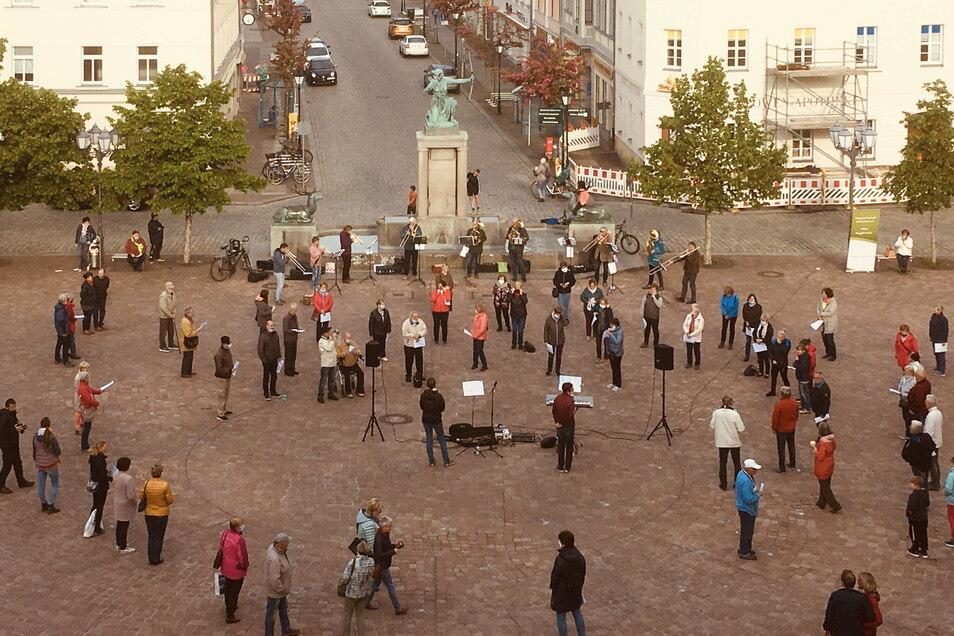 Das öffentliche Singen auf dem Hauptmarkt zieht einige Wochen lang immer mehr organisierte und nicht organisierte Mitsänger an. Initiiert wird es von der Singgemeinschaft Großenhain.