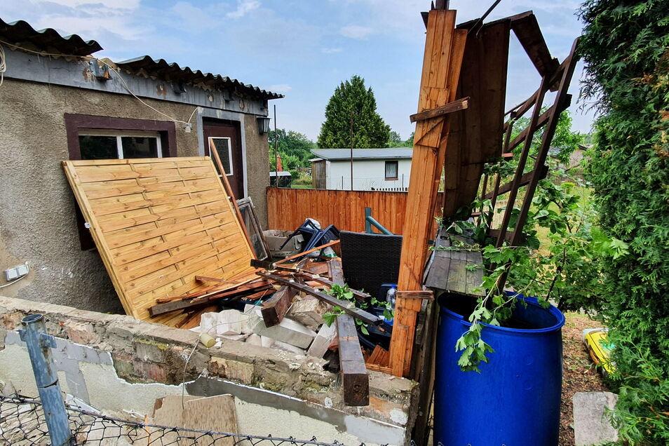 Ein kurzer heftiger Sturm hat in der Kleingartenanlage Richzenhain großen Schaden angerichtet.