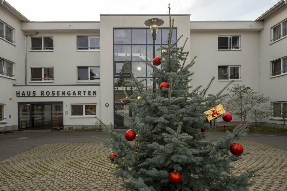 """Weil 21 Bewohner und zwei Mitarbeiter positiv getestet wurden, muss ein Wohnbereich der Seniorenresidenz """"Rosengarten"""" in Radebeul nun in Quarantäne."""