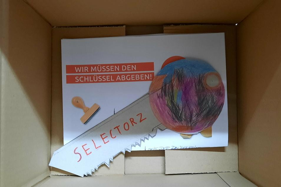 """Wir müssen den Schlüssel abgeben, eine Aktion des sächsischen Handelsverbands, die jetzt der Großenhainer Händler Jan Dingfelder von seinem Kultgeschäft """"Selectorz"""" wörtlich genommen hat."""