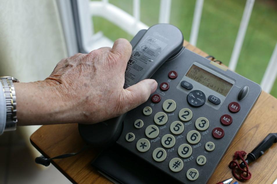 Ein Anruf: Viele ältere Leute freuen sich darüber. Doch das nutzen auch in der Corona-Zeit Betrüger schamlos aus.