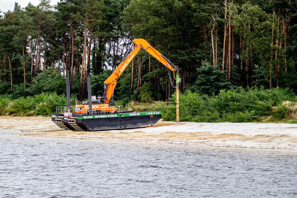 Mit diesem amphibischen Fahrzeug erfolgt derzeit die leichte Rüttelverdichtung des Strandbereiches zwischen Groß Särchen und Koblenz.