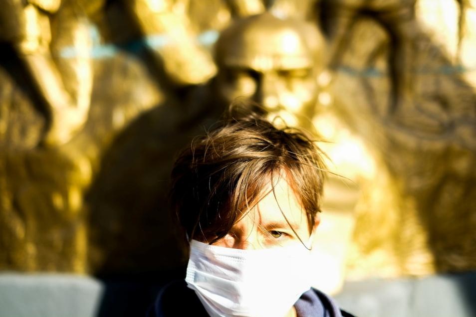 Mit Maske vor Lenin: Masha Qrella