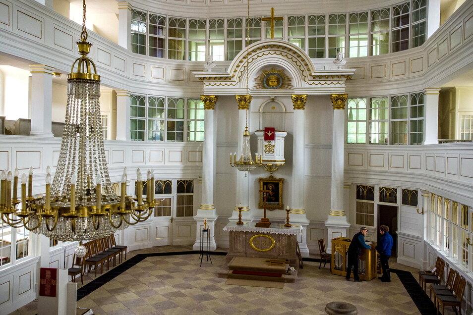 Die Innensanierung der Stadtkirche Waldheim ist weitestgehend abgeschlossen. Wände, Altar und Emporen erstrahlen in klassischem Weiß.
