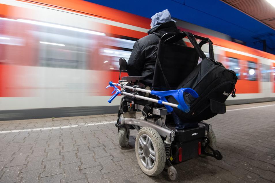 Personen im Rollstuhl haben in Sachsen oft Probleme ungehindert zum Zug zu kommen.