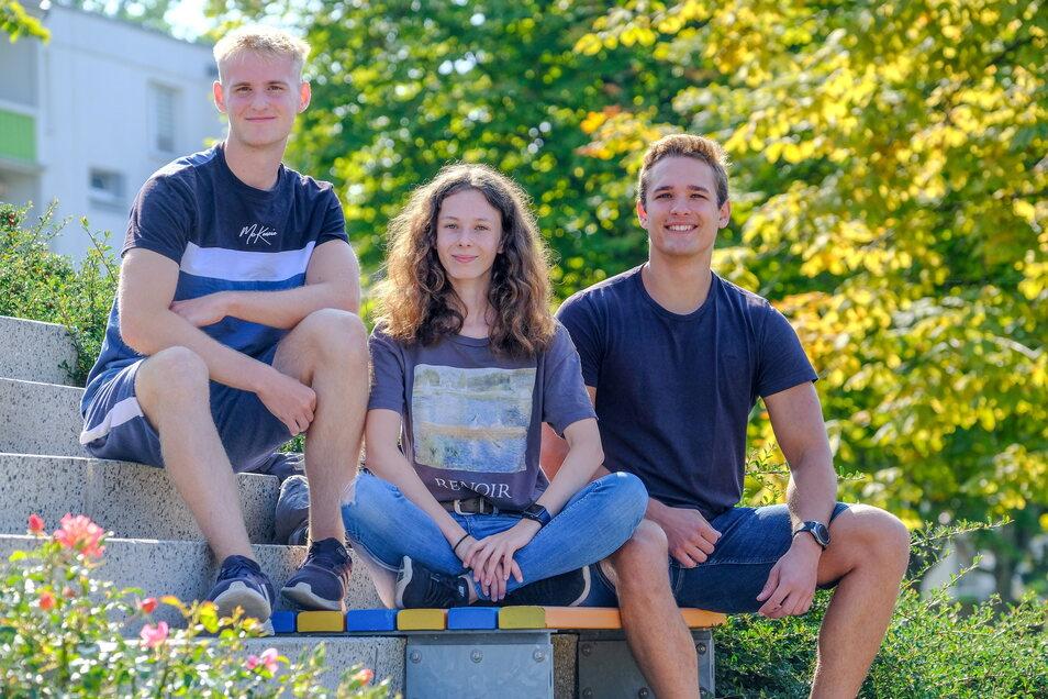 Mick, Annalena und Artur vor dem Gymnasium in Coswig. Drei von fünf Schülern, die sich Gedanken vor der Bundestagswahl machen und nicht mit Kritik hinterm Berg halten.