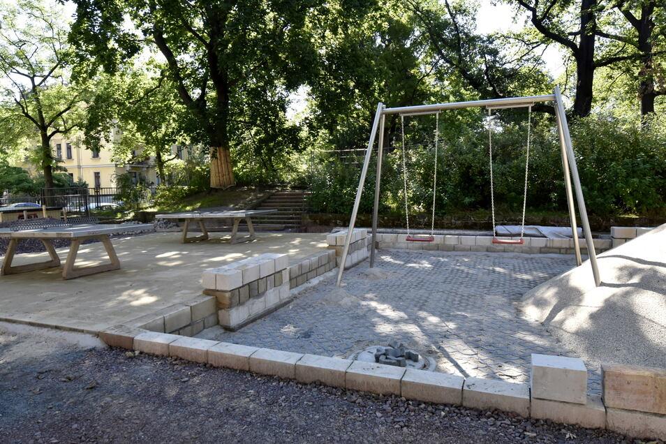Derzeit lässt die Stadt den Spielplatz im Hermann-Seidel-Park erneuern. Neben Tischtennisplatten und Schaukel entsteht auch eine neue Kletter-Kombi. Im Herbst soll alles fertig sein.