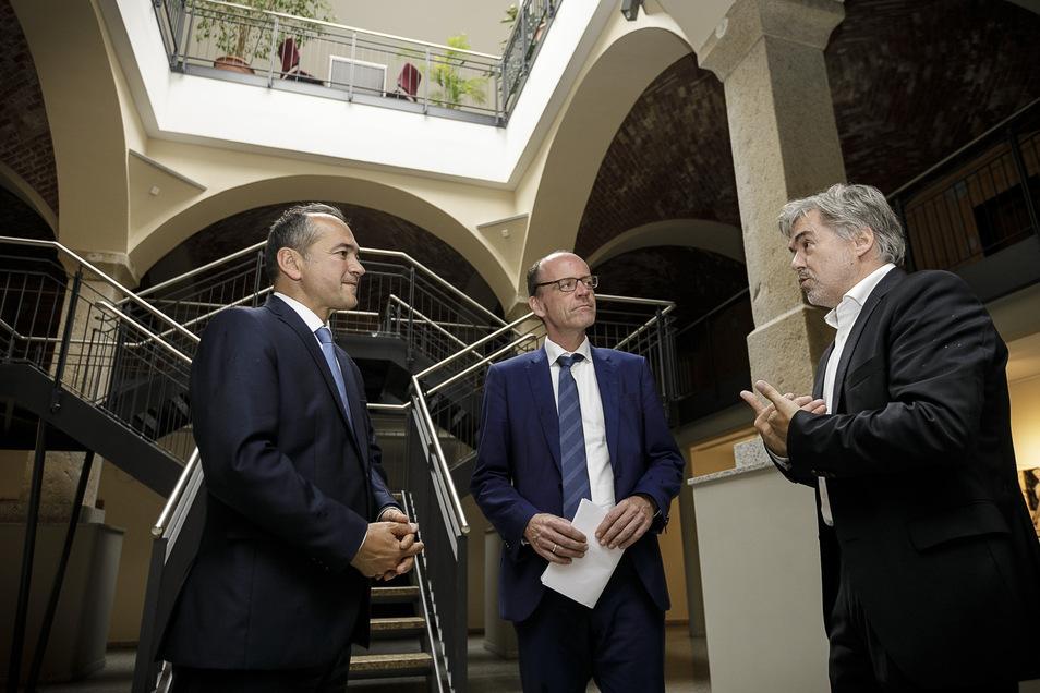 Finanzamt-Vorsteher Holger Hubert (rechts) erklärt dem sächsischen Finanzminister Matthias Haß (Mitte) sein Reich. Mit dabei ist Oberbürgermeister Octavian Ursu.