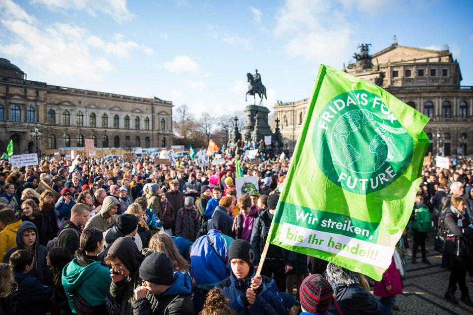 Teilnehmer der Demonstrationen haben sich am Freitag auf dem Theaterplatz versammelt.