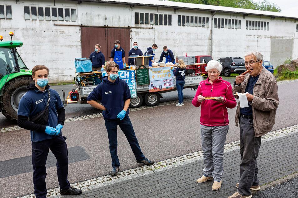 Till Papadopulos (li) und Paul Herfurth versorgen Horst und Erika Herold mit Roster, sie hatten zuvor überall im Dorf Flyer für ihre Aktion verteilt.