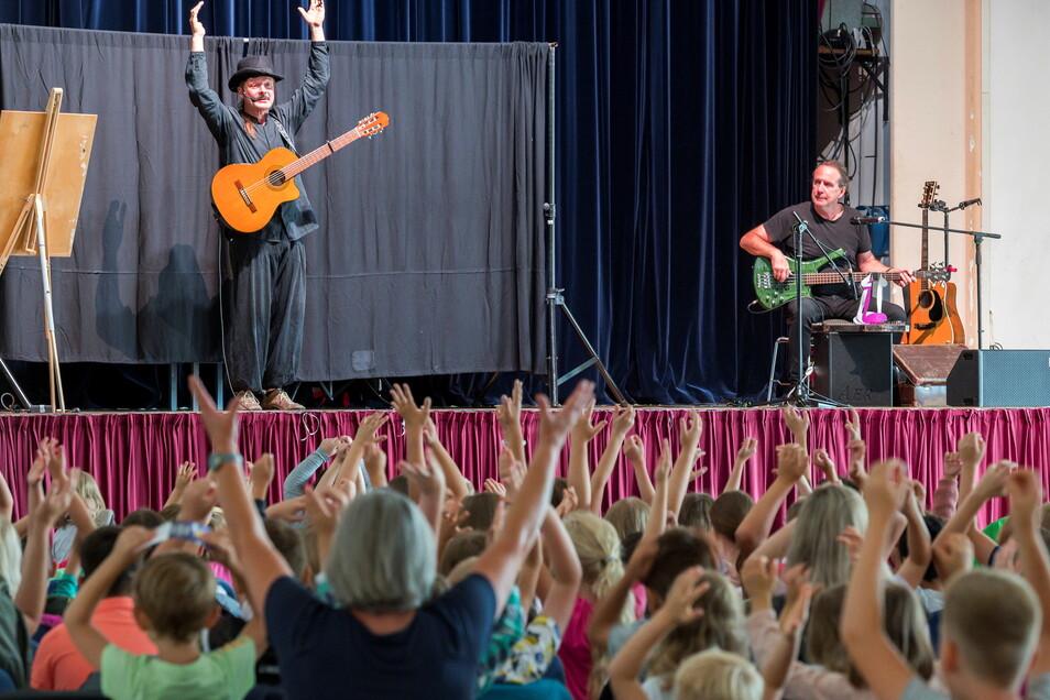 Olaf Stellmäcke (l.) und Michael Müller gestalteten am Donnerstag die Kindersommerbühne Riesa - ausnahmsweise in der Stadthalle Stern.