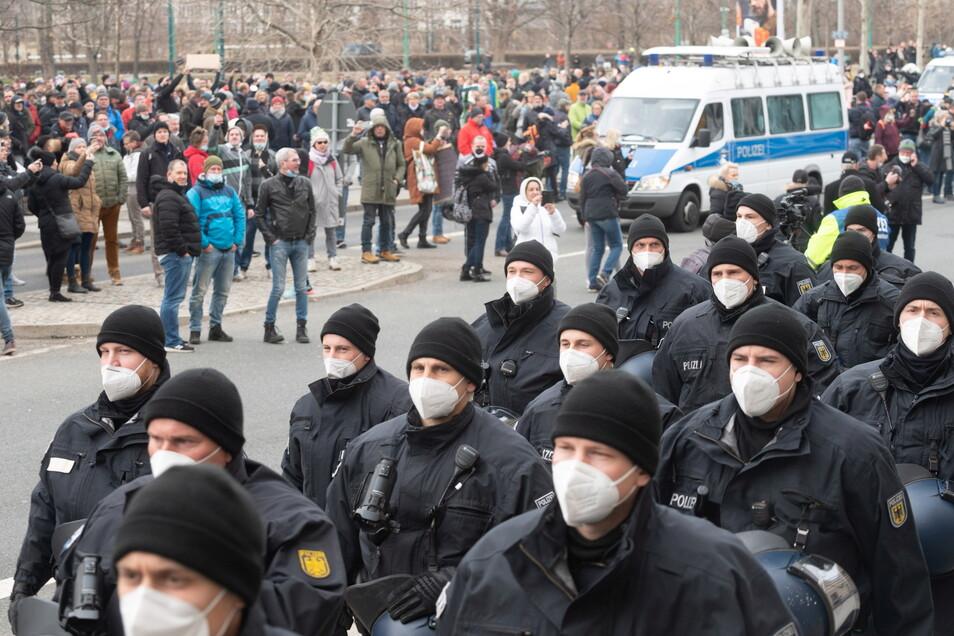 Die Polizei hat am 13. März in Dresden Demos aufgelöst. Ein 55-Jähriger drohte angesichts des Einsatzes medienwirksam damit, Polizisten umzuschießen. Nun wurde er verurteilt.