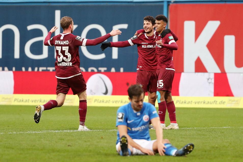 Dynamo jubelt, Hansa liegt am Boden. In einem intersannten Spiel gewinnen die Dresdner deutlich mit 3:1 und stehen in der Tabelle jetzt auf einem Aufstiegsplatz.