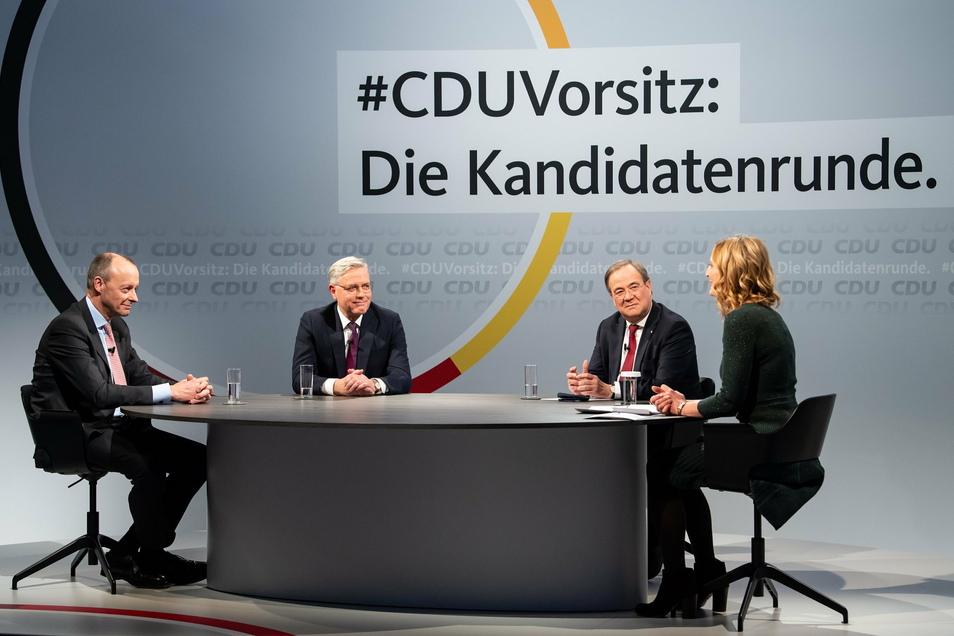 Die drei Kandidaten für den Vorsitz der CDU Deutschlands, Friedrich Merz (l-r), Norbert Röttgen und Armin Laschet, sitzen zusammen mit Moderatorin Tanja Samrotzki in einem Online-Video-Talkformat.
