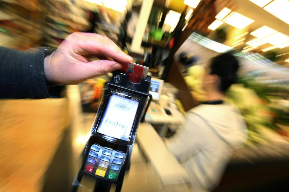Mit einer gestohlenen EC-Karte ging ein Betrüger in Sachsen auf Einkaufstour - ein halbes Dutzend Mal allein in Riesa.